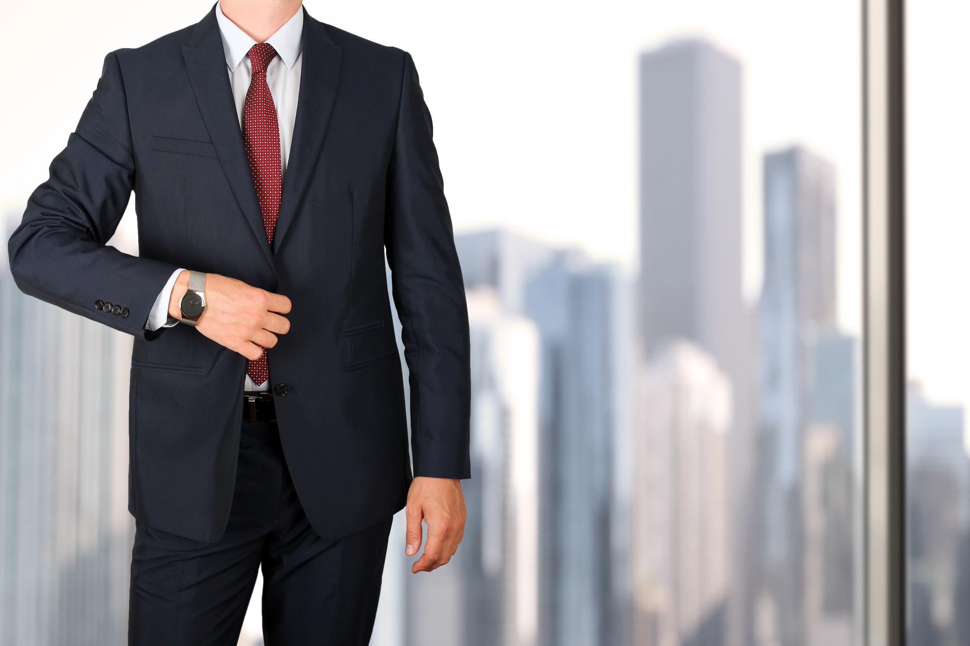 4958024ec4847 仕事、冠婚葬祭、転職活動など、社会人になるとスーツを着る機会が増えます。そのマナーや着こなし一つで人柄からビジネスパーソンとしてのレベルまで判断されることも  ...